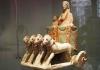 10-carro_da_parata_con_due_personaggi_secondo_quarto_del_v_sec-_a-c-_calcare_policromato_amatunte_cipro